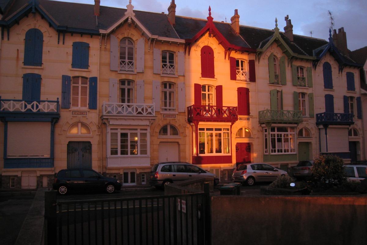 Seule, la façade de la De Sonis est  illuminée par le soleil couchant - Location de vacances - Wimereux