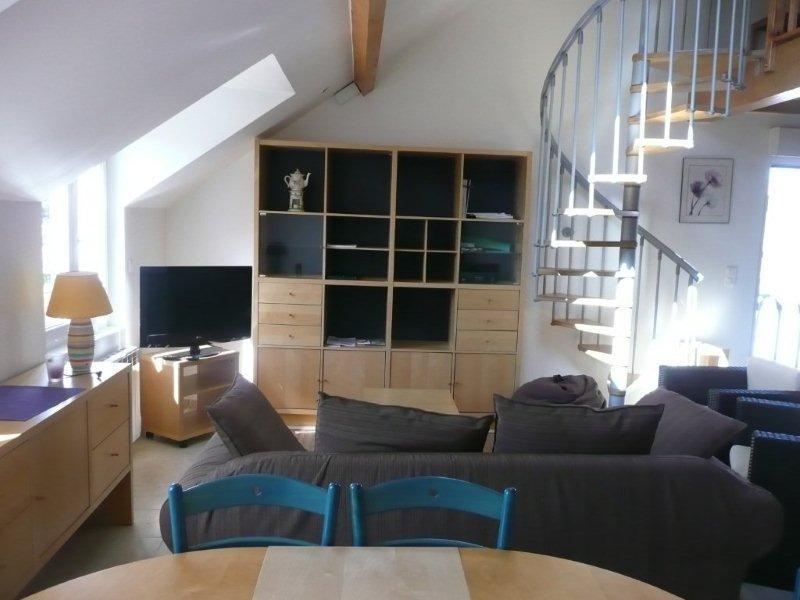 Espace salon télé avec escalier de la mezzanine - Location de vacances - Wimille