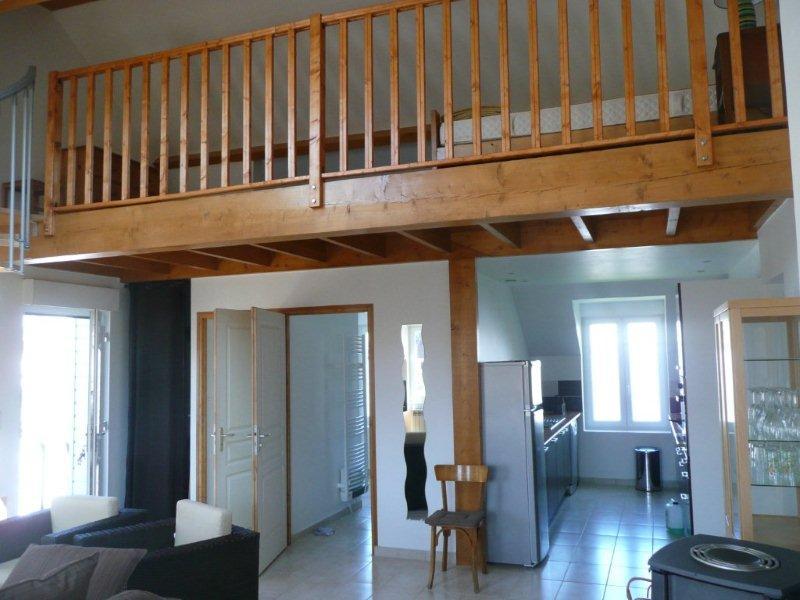 Vue du salon vers cuisine, salle de bains et mezzanine - Location de vacances - Wimille