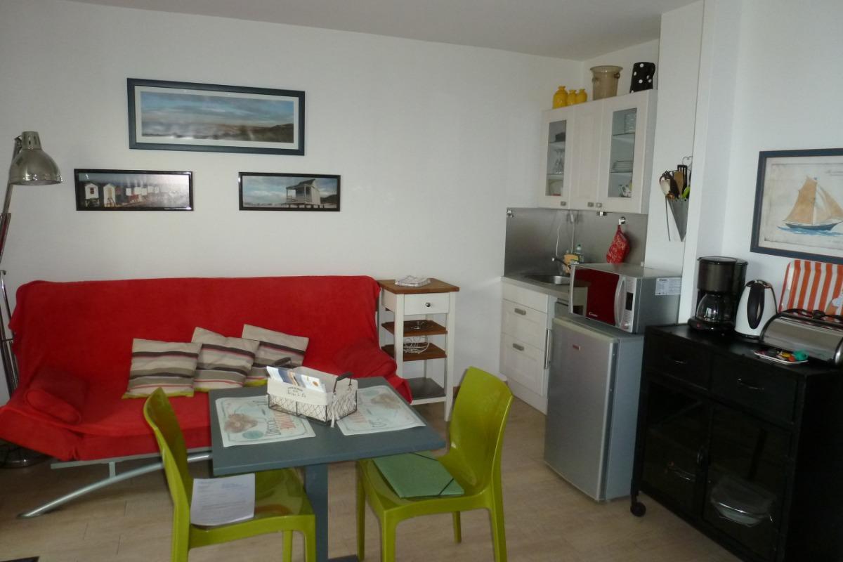 Coin cuisine  et coin salon - Location de vacances - Calais