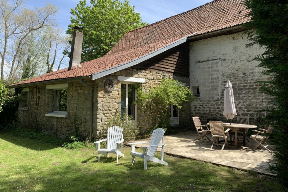 Le salon, chaleureux et lumineux, offre une belle vue sur la campagne. - Location de vacances - Wimille
