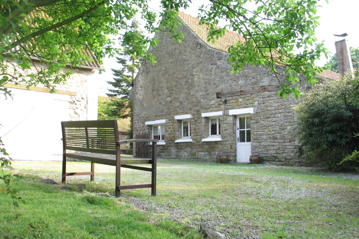 Le salon est équipé d'une cheminée à foyer ouvert, d'une télévision avec lecteur DVD et d'une bibliothèque. - Location de vacances - Wimille