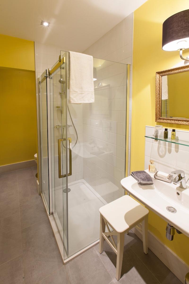 Salle de bain avec douche - Chambre d'hôtes - Lezoux