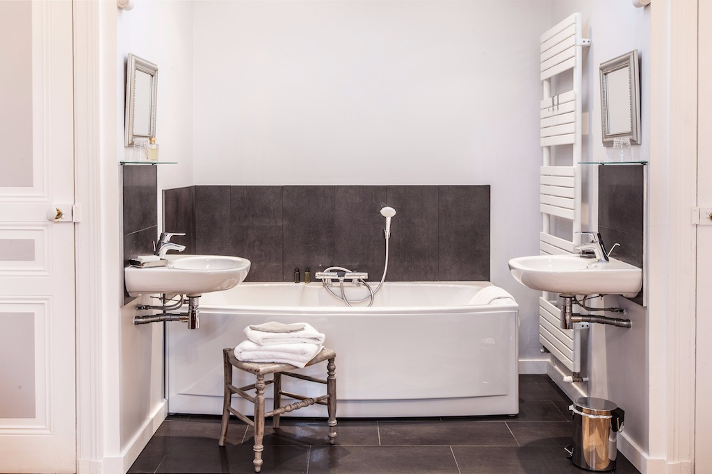 Salle de bain avec baignoire et douche - Chambre d'hôtes - Lezoux