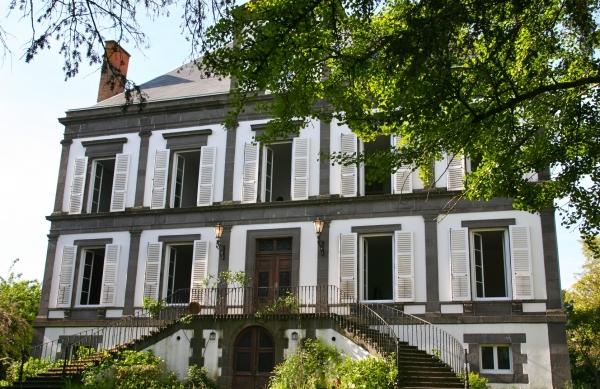 la façade côté jardin - Chambres d'hôtes à proximité de Clermont Ferrand, Thiers, Vichy et Vulcania - Chambre d'hôtes - Lezoux