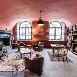 Salon club avec cheminée, bibliothèque, écran TV XL - Chambre d'hôtes - Lezoux