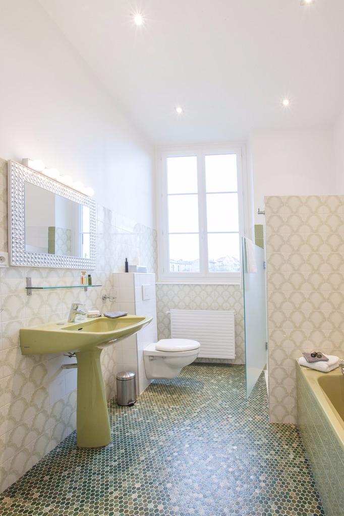 Salle de bain avec douche et baignoire - Chambre d'hôtes - Lezoux