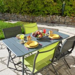 Terrasse avec vue sur jardin clos - Location de vacances - Charbonnières-les-Vieilles