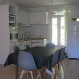 Côté cuisine donnant sur la terrasse - Location de vacances - Mont-Dore