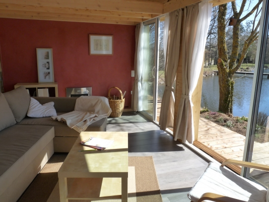 Le salon avec vue sur l'étang - Location de vacances - Loubeyrat