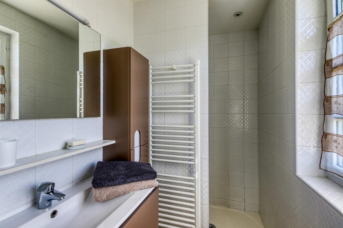 Le canapé convertible et l'accès à l'étage - Location de vacances - Volvic