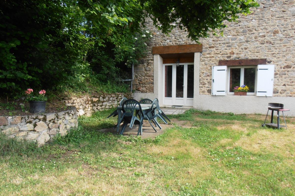 Le jardin avec salon de jardin et barbecue - Location de vacances - Gouttières