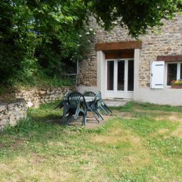 Le jardin avec salon de jardin et barbecue - Location de vacances -