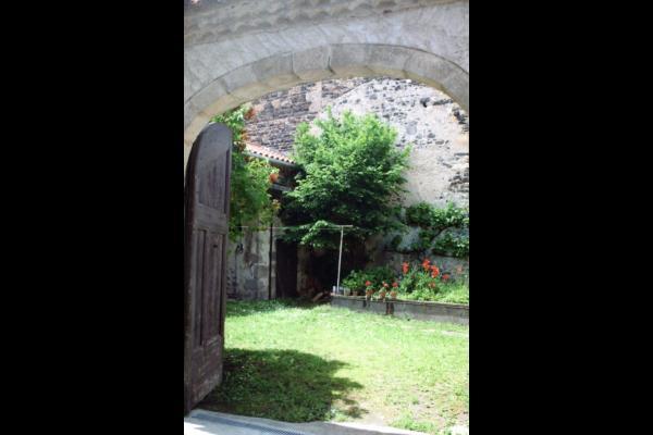 une autre vue sur la jardin depuis la rue - Location de vacances - Saint-Vincent