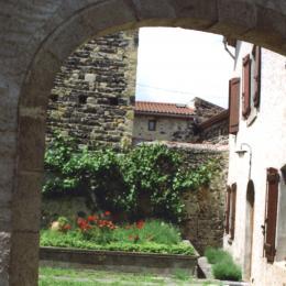 Le porche ouvrant sur le jardin du gîte - Location de vacances - Saint-Vincent