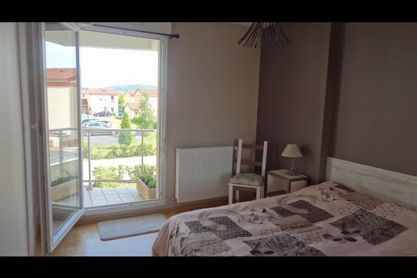 Appartement proche du centre ville d'Issoire en Auvergne - Chambre donne sur la terrasse - Location de vacances - Issoire
