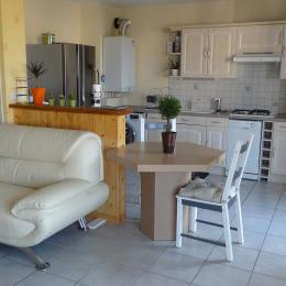 La cuisine est ouverte sur le salon et donne sur la terrasse - Location de vacances - Issoire