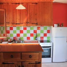 La cuisine - Chalet indépendant 1100m d'altitude à 5km de La Bourboule - Location de vacances - Murat-le-Quaire