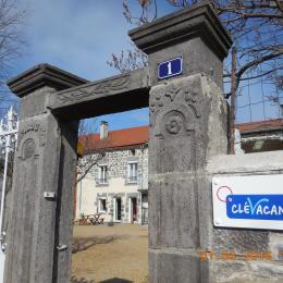 L'entrée du gîte LA DEMEURE D'ESLI - Location de vacances - Davayat