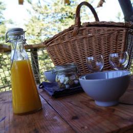 Petit déjeuner sur la terrasse - Chambre d'hôtes - La Tour-d'Auvergne