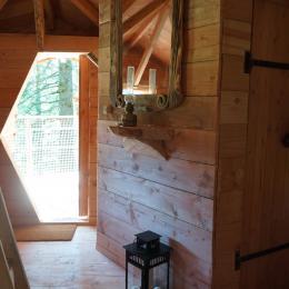 Entrée de la cabane donnant sur la première terrasse - Chambre d'hôtes - La Tour-d'Auvergne