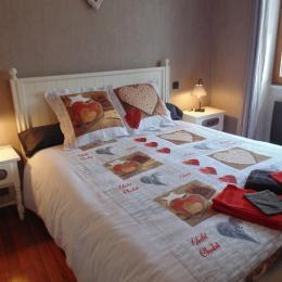 chambre adulte avec lit en 160  - Location de vacances - Saint-Nectaire