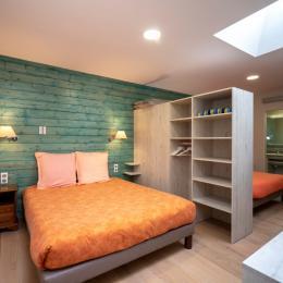 Chambre 2 (2 lits de 160X200) séparés par les penderies - Location de vacances - Volvic