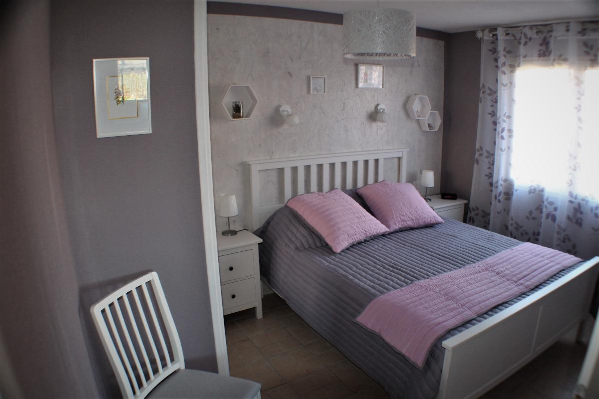 Chambre avec lit de 160 fait à l'arrivée  - Location de vacances - Billom