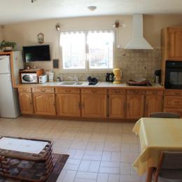 La cuisine intégrée et bien équipée - Location de vacances - Billom