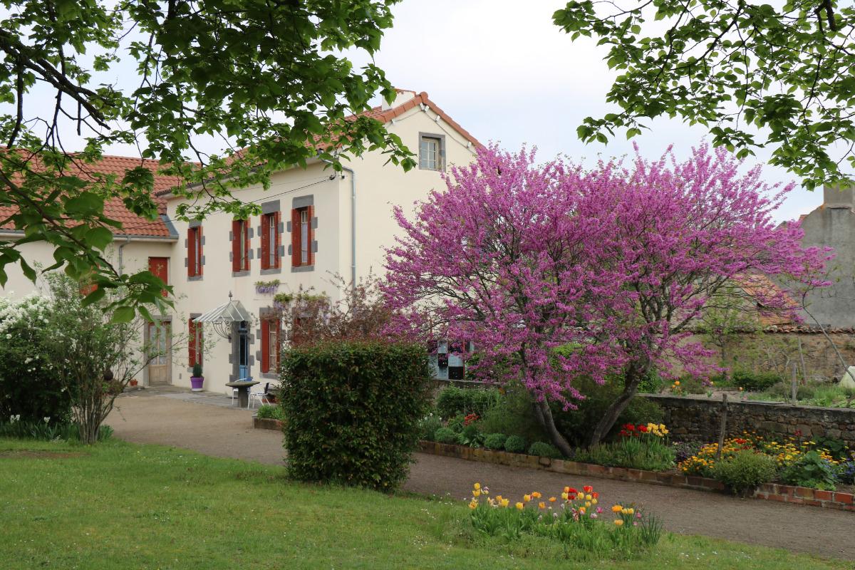 Façade sud et pignon orienté sur le jardin potager - Location de vacances - Charbonnières-les-Vieilles
