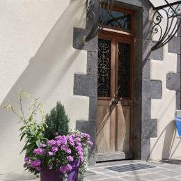 L'entrée et vue sur le coin repas - Location de vacances - Charbonnières-les-Vieilles