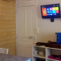 espace repas , tv connectée et wifi - Location de vacances - Aydat