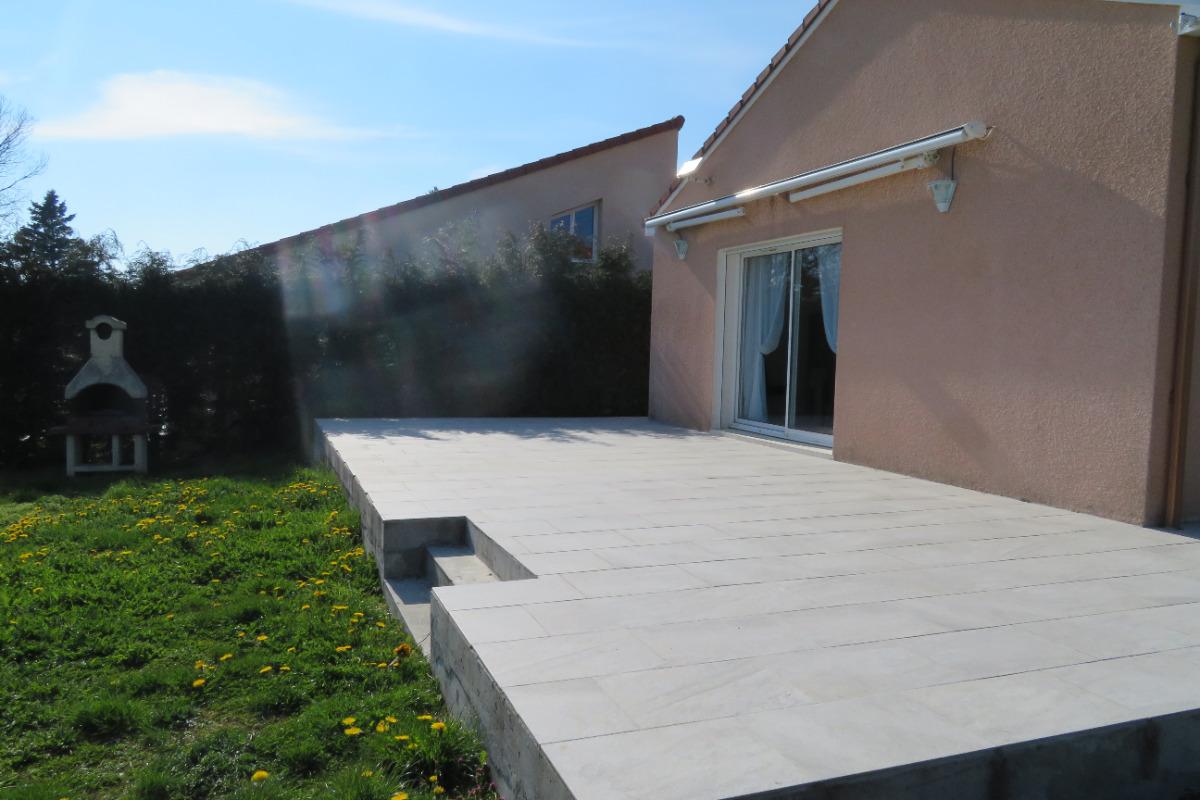 Grande terrasse exposée Sud Ouest - Location de vacances - Saint-Georges-de-Mons