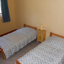 la chambre  avec 2 lits  d'une personne - Location de vacances - Chambon-sur-Lac
