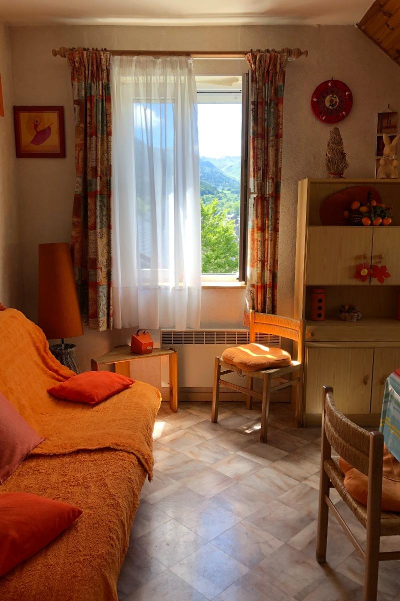 Séjour du duplex et canapé lit en 14O, cuisine à l'américaine dans le séjour, rangements nbreux - Location de vacances - Mont-Dore