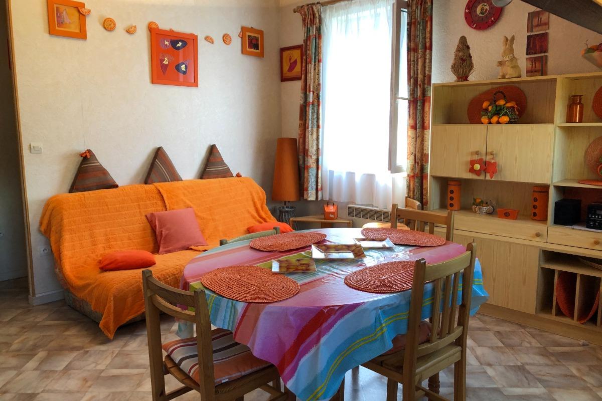 autre point de vue du séjour spacieux et table assez grande+Table d'appoint - Location de vacances - Mont-Dore