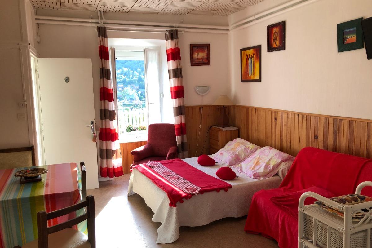 voici un studio aux couleurs de rouge-passion, lit en 140 - Location de vacances - Mont-Dore