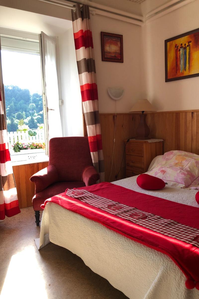studio avec fenêtre et ses volets electriques, ambiance agréable et très rez de jardin - Location de vacances - Mont-Dore