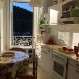 salle de bain, neuve et agréable par la fenêtre qui permet de bien aérer  - Location de vacances - Mont-Dore
