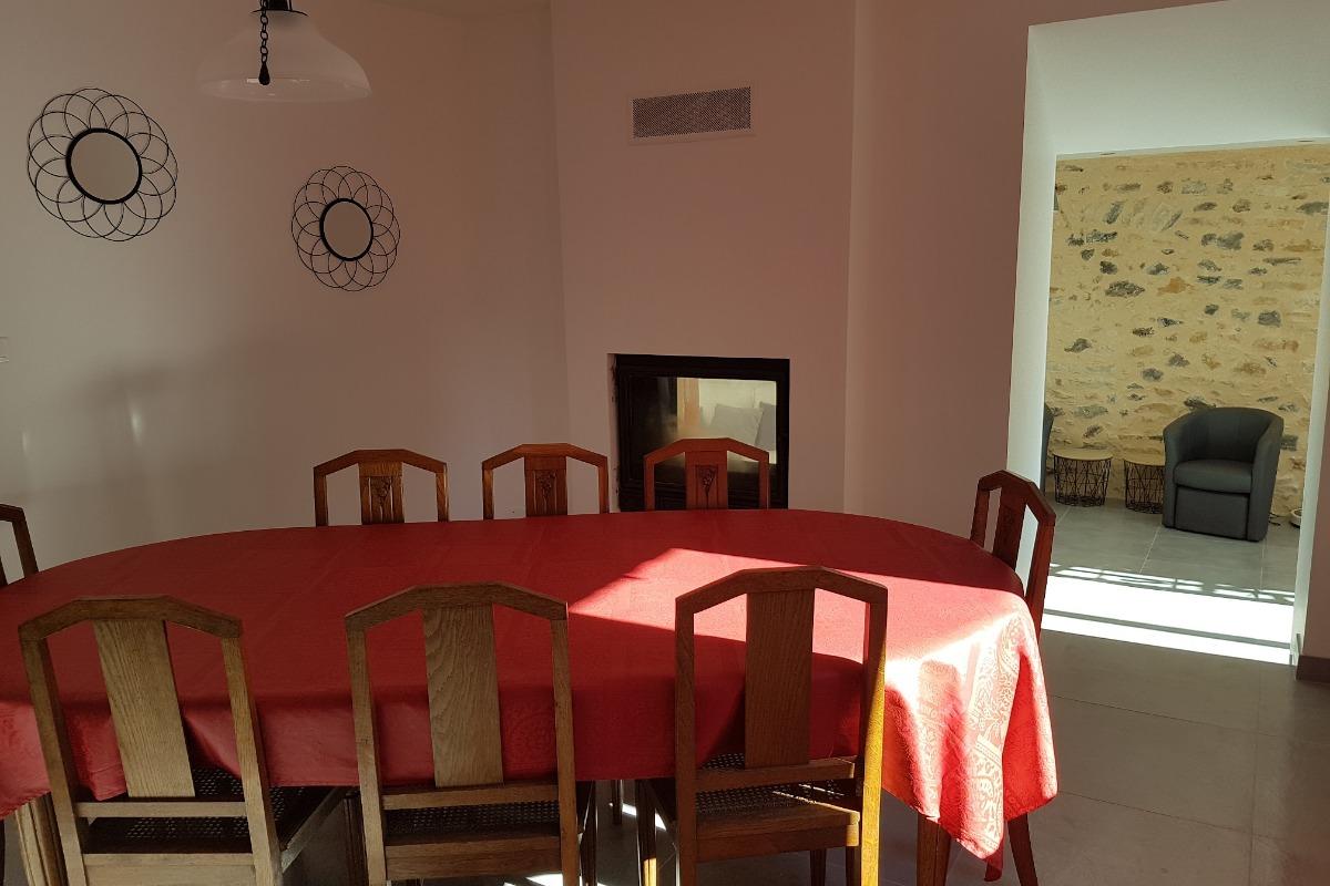 La salle à manger avec sa cheminée - Location de vacances - Saint-Gervazy