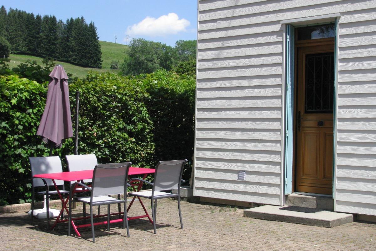 MAISON EN HIVER façade sud (véranda) et ouest - Location de vacances - La Tour-d'Auvergne