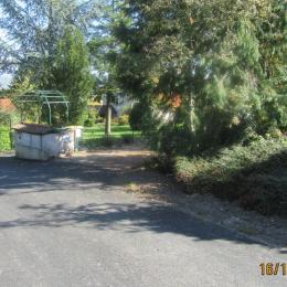 Approche de l'entrée - Location de vacances - Luzillat