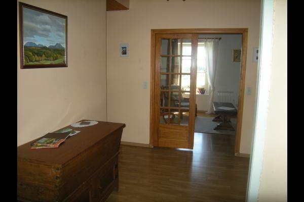 Vue de l'entrée du gîte vers la salle de séjour. - Location de vacances - Orcines