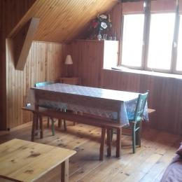 table de la pièce commune - Location de vacances - Saulzet-le-Froid