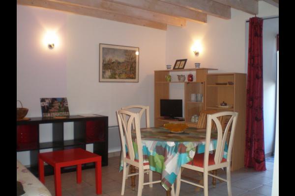 Maison de bourg de caractère construite dans les anciens remparts de la Sauvetat (Auvergne) - coin séjour - Location de vacances - La Sauvetat