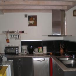 Maison de bourg de caractère construite dans les anciens remparts de la Sauvetat (Auvergne) - cuisine - Location de vacances - La Sauvetat