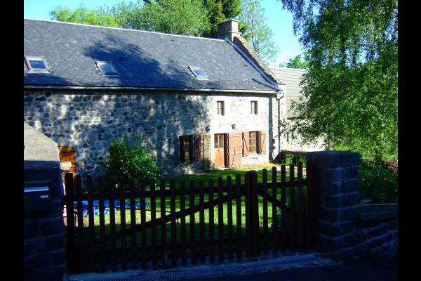 Au petit matin - Maison de caractère (140 m 2) avec jardin clos et arboré au cœur du Parc des Volcans. - Location de vacances - Saint-Victor-la-Rivière