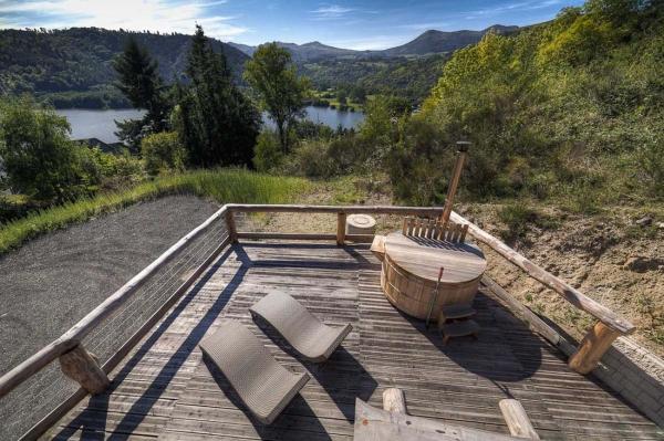 Chalet en rondins de mélèze vue exceptionnelle sur lac Chambon en Auvergne - Location de vacances - Chambon-sur-Lac