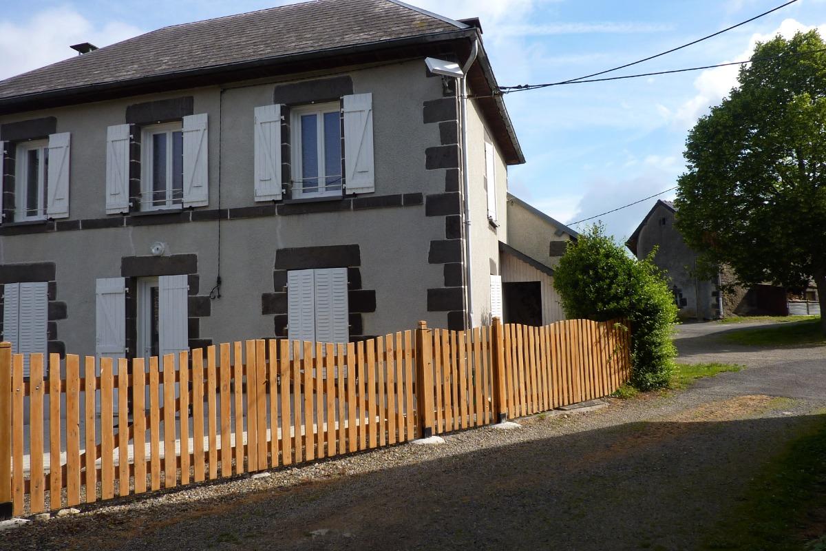accés arriere de la maison 1er terrasse avec jardinet ombragè ,arboré et fleuri (en façe du garage ) - Location de vacances - Chapdes-Beaufort