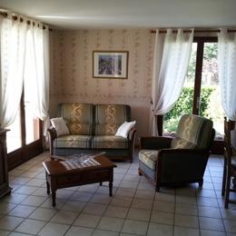 pièce à vivre: coin salon - Location de vacances - Courpière